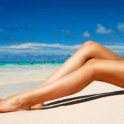 Γυναικεία πόδια στην παραλία χωρίς ευρυαγγείες